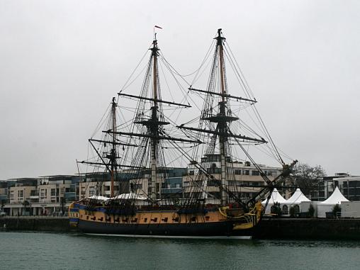 L'Hermione dans le Bassin des Chalutiers à La Rochelle
