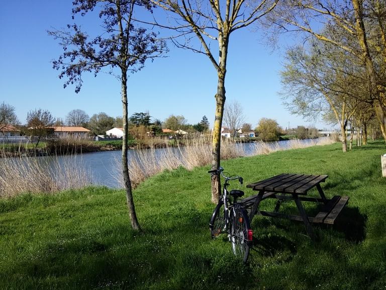 Week-end de Pâques : balade en vélo au bord de la Sèvre niortaise dans le Marais Poitevin (Vendée)