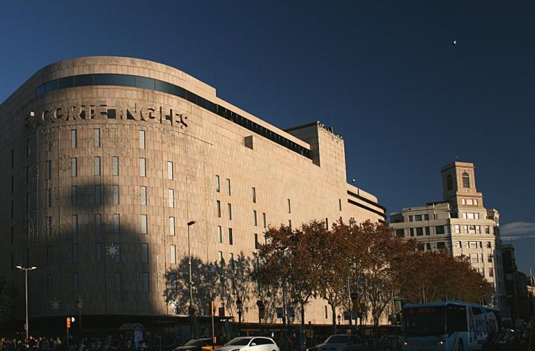 Barcelona - Centro Comercial El Corte Ingles - Plaza Catalunya entre Calle Fontanella y Ronda San Pedro - Arquitectos: Luis Blanco Soler (original de 1962) Oriol Bohigas (reforma de 1993)