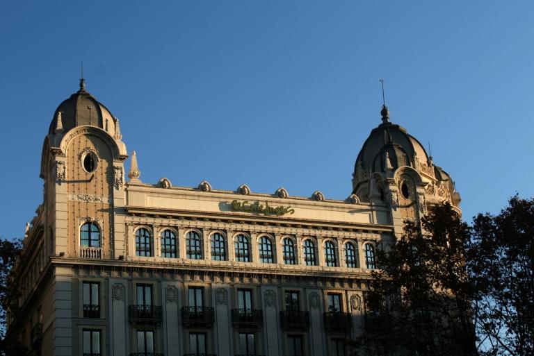 Plaza Cataluna y Ramblas -edificio de la Banca Arnús (1918-1927), actualmente Banco Santander Central Hispano, también de estilo clasicista por el arquitecto Enric Sanier